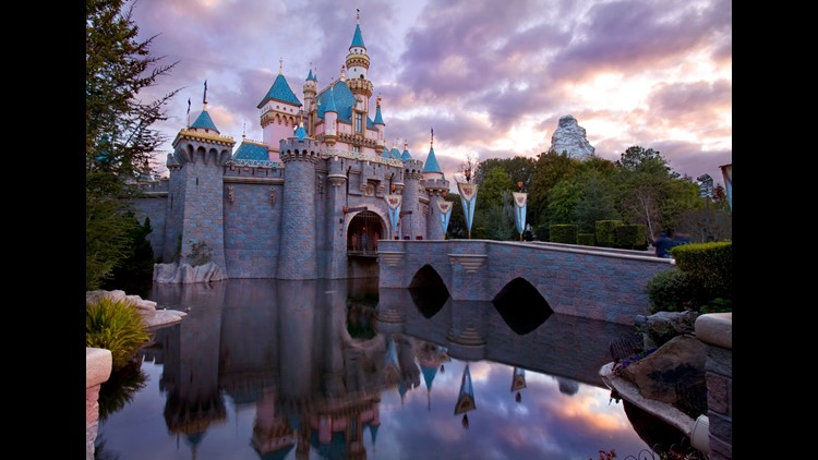 Disneyland is Southern California's go-to theme park, but it might be time to give the much cheaper Knott's Berry Farm a try. Here's why.