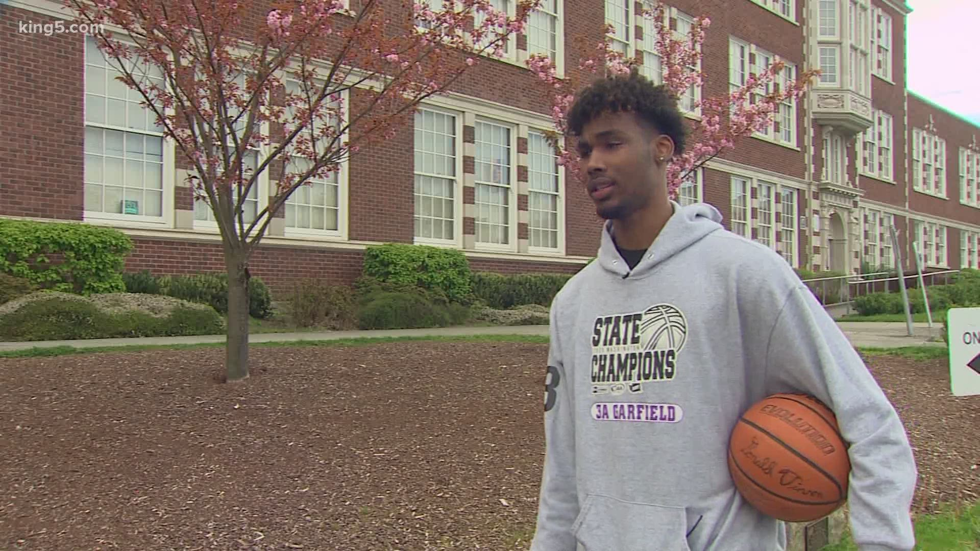 Prep Zone Garfield Basketball Star Tari Eason Takes Signing Day Virtual King5 Com