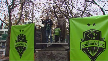 Sounders captain puts a scarf on Seattle's Chief Sealth statue
