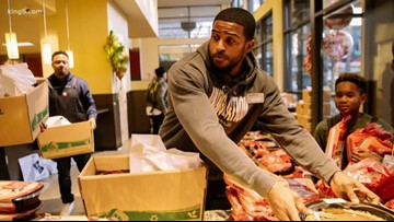 Bobby Wagner buys Thanksgiving groceries for West Seattle Safeway customers