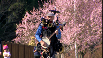 One Man Band brings the show to Everett driveways - KING 5 Evening